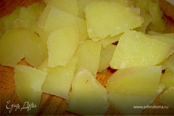 Картофель, отваренный в мундире, почистите и нарежьте ровными кубиками или кружочками.
