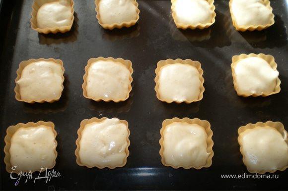 так же по несколько ложечек в силиконовые формочки для кексов.