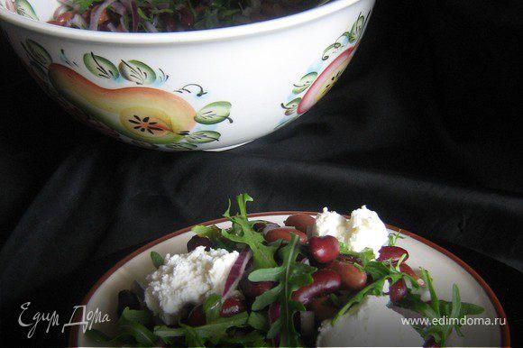 В порционную тарелку выложить салат,полить заправкой,сверху положить 2-3 чайной ложки творожного сыра.Салат очень вкусный и сытный.Вполне может заменить ужин.Приятного аппетита!