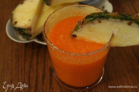 Перелить морковный сок в блендер, добавить мякоть ананаса и все вместе взбить.