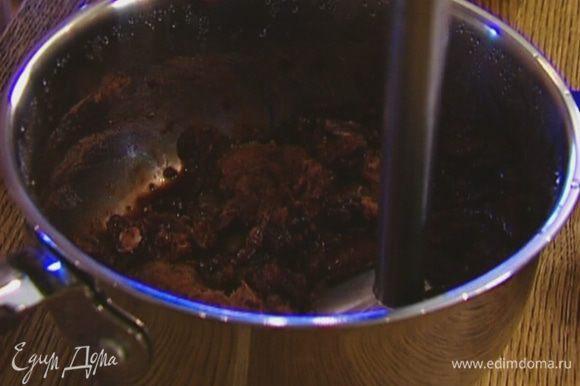 Взбить фасоль блендером в пюре, добавив немного воды, в которой она варилась.