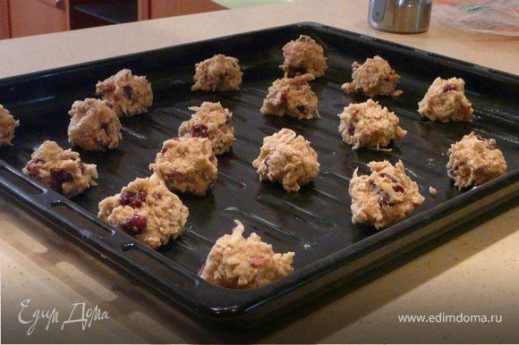 Обжарить хлопья на сухой сковороде пару минут, остудить. Взбить яйцо, сахар, корицу, ваниль, яблоко, масло (мягкое), добавить муку, хлопья, разрыхлитель, соль и клюкву. Сформировать маленькие шарики (как каштан), смазать деко и печь 12-15 минут при 175С