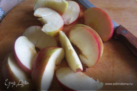 Пока варится рис займёмся яблоками.Яблоко вымыть,разрезать пополам,удалить сердцевину,нарезать дольками,сбрызнуть лимонным соком.
