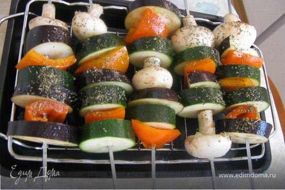 Моем овощи и режем на куски. Нанизываем на шампурики, солим, присыпаем травками и сбрызгиваем маслом и отправляем в разогретую до 220 градусов духовку под гриль минут на 25, можно в процессе повернуть, чтоб пеклось равномерно. Вуаля...домашние шашлыки готовы!