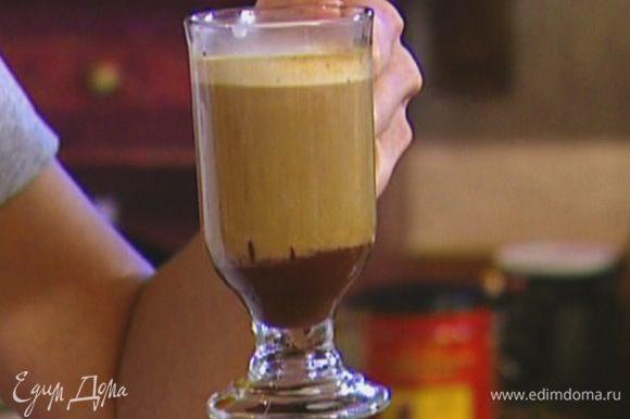 На дно прозрачной чашки для эспрессо или небольшого бокала налить растопленный шоколад, сверху влить 60 мл кофе, а затем взбитое молоко.