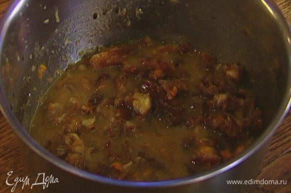 Добавить апельсиновую цедру и снять с огня, влить 1/2 ч. ложки ванильного экстракта, всыпать соду, все перемешать.