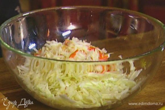 Яблоко и морковь натереть на крупной терке, выложить к капусте.
