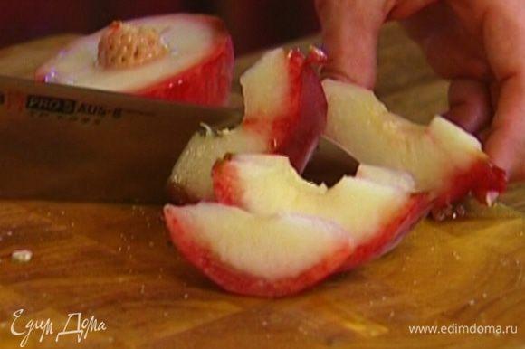 Персики, удалив косточки, нарезать тонкими ломтиками.