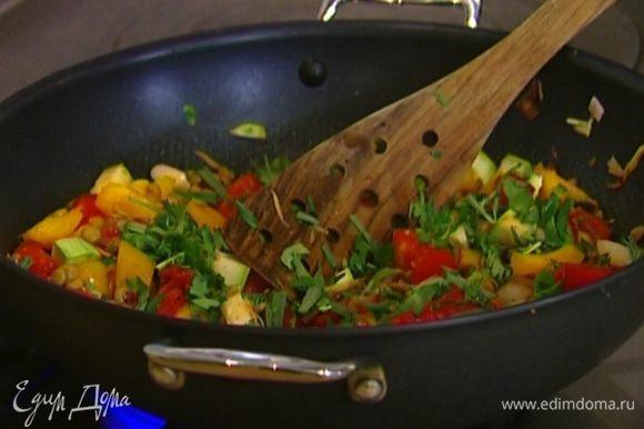 Зелень мелко порубить, добавить в салат и подавать.