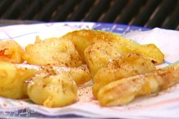 В небольшой кастрюле разогреть оливковое масло для фритюра. Кусочки фруктов опускать в тесто и жарить в раскаленном оливковом масле до золотистого цвета, а затем выкладывать на бумажное полотенце, чтобы убрать излишки жира.