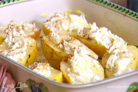 Выложить груши в форму, сверху слегка полить каждую грушу медом и посыпать корицей.