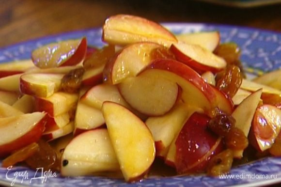 Добавить в сковороду яблоки, посыпать их корицей. Перемешать, всыпать изюм, влить 2 ст. ложки апельсинового сока и прогревать несколько минут на небольшом огне, пока яблоки не станут мягкими, затем слегка остудить.