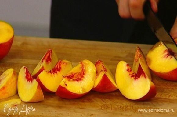 Нектарины, персик и сливы, удалив косточки, нарезать крупными дольками.