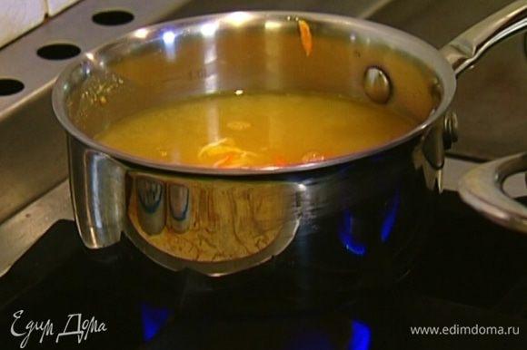 Мисо-пасту развести в овощном бульоне, добавить натертые морковь и имбирь и поставить на самый маленький огонь.