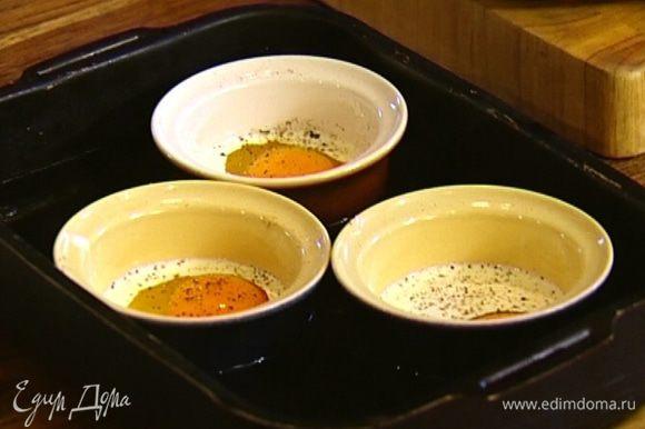 Запекать яйца в разогретой духовке 6–7 минут (если любите более пропеченные, то немного дольше).
