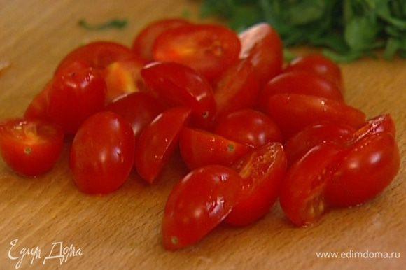 Помидоры черри разрезать пополам и добавить в салат.