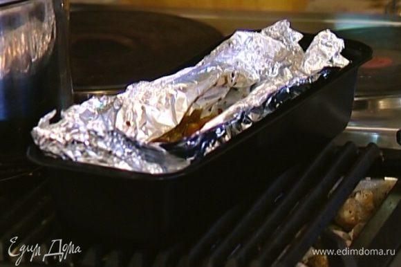 Запекать картофель в разогретой духовке 20 минут.