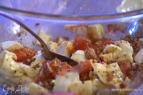 Приготовить начинку: мякоть помидоров перемешать с 2 ст. ложками сухарной смеси, анчоусами и моцареллой, затем поперчить, добавить сушеные помидоры и оливковое масло.