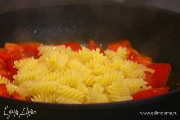 Макароны шумовкой переложить в сковороду с помидорами.