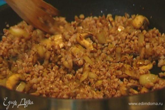 Выложить готовую гречку к грибам с луком (немного гречки оставить), обжарить все вместе.