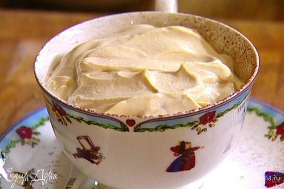 Уложить слой оставшегося печенья, снова посыпать какао, сверху выложить творог, разровнять его и присыпать какао.