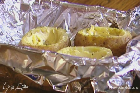 Небольшую форму для запекания выстелить пищевой фольгой, выложить картофель.
