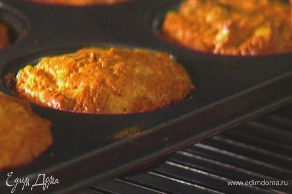 Смазать растительным маслом формочки для маффинов, наполнить их на 2/3 тестом и отправить в разогретую духовку на 20–25 минут.