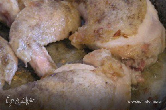 Овощи выложить на тарелку и в этой же сковороде обжарить курицу до золотистой корочки. Затем добавить овощи и потомить вместе 3-4 минуты.