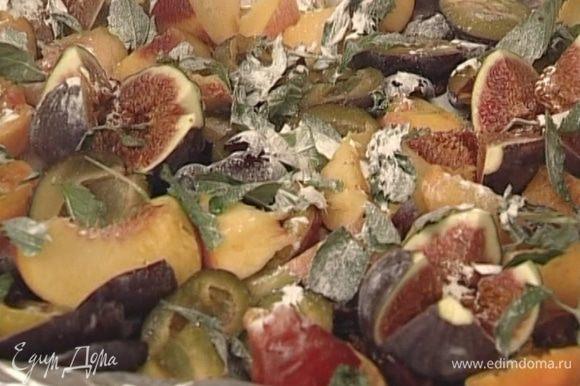 Уложить на противень, посыпать мускатным орехом и сахарной пудрой и запекать в разогретой духовке 15—20 минут.