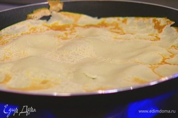 Разогреть блинную сковороду и, смазывая ее при помощи кулинарной кисточки оливковым маслом, испечь блины (сильно не зажаривать!).