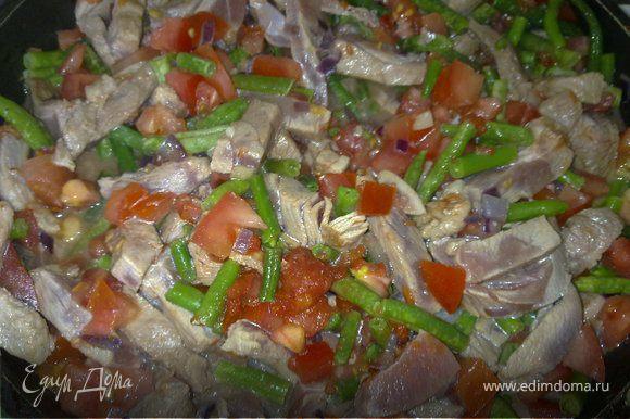 На сковороде на оливковом масле обжарить лук и чеснок доя мягкости, туда положить индейку и жарить минуты три. Добавить помидоры, порубленные консервированные томаты, хорошо перемешать, посолить-поперчить, тушить до готовности индейки. Положить в сковороду зеленый горошек (или фасоль), перемешать.