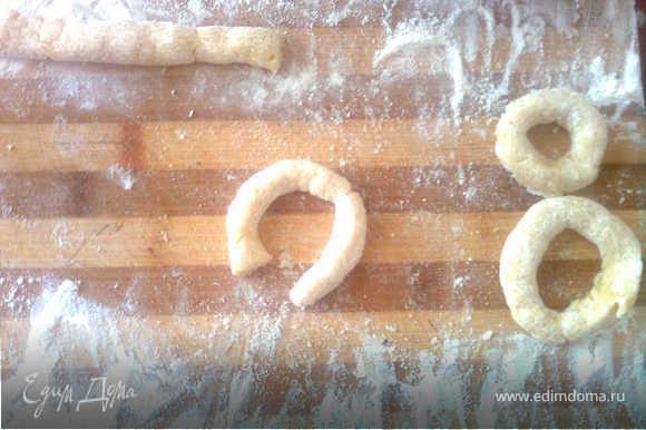 """Выкладываем тесто на доску, посыпанную мукой и катаем """"колбаски"""" толщиной примерно в полпальца, разрезаем колбаску на кусочки и лепим из них тоненькие бублики. Я делила тесто на удобные мне куски, а потом уже делала колбаски)"""