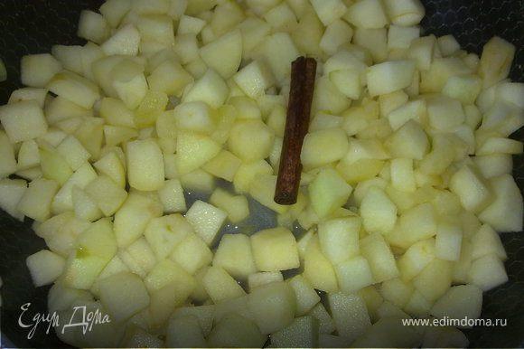 Чистим яблоки от кожицы и семян. Яблоки режем достаточно крупными кубиками, на сковородке топим 50 г сливочного масла. Яблоки выкладываем в масло и обжариваем. Добавляем корицу, добавляем ваниль, сахар по вкусу , и мл 50 алкоголя.