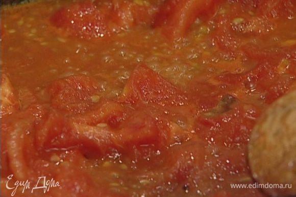 В небольшой сковороде разогреть растительное масло, добавить помидоры и чеснок. Когда помидоры как следует потушатся, практически превратившись в соус, вынуть чеснок и добавить измельченную зелень петрушки и укропа. Посолить, поперчить, все перемешать.