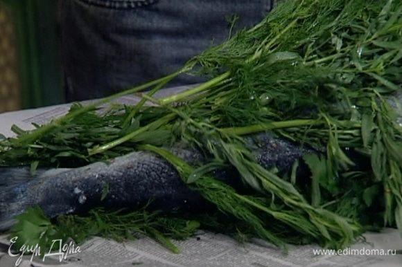 Сверху на семгу положить оставшуюся зелень так, чтобы рыба была защищена от газеты со всех сторон травой.