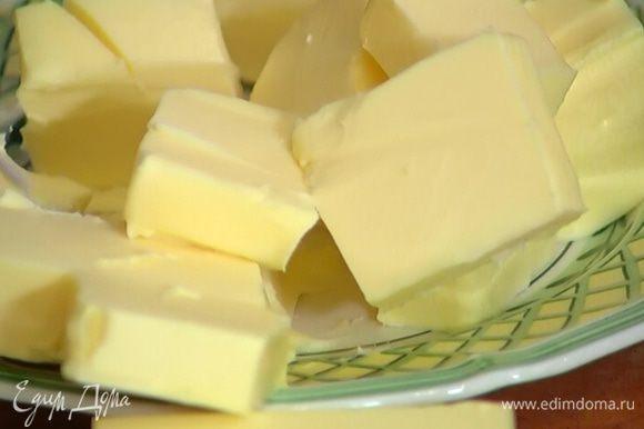 Нарезать кубиками 200 г сливочного масла, выложить в глубокую посуду и оставить на полчаса, чтобы оно согрелось.