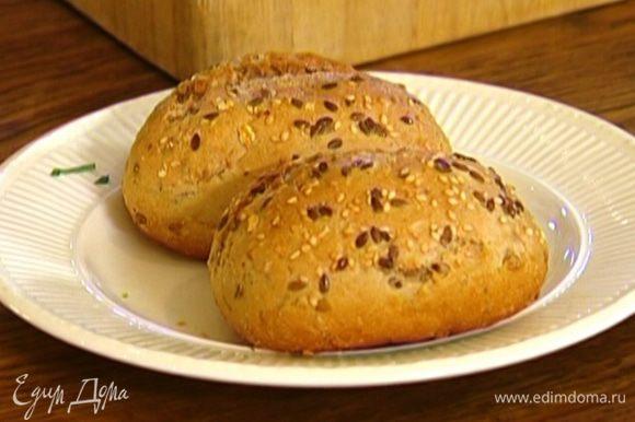 Булочку разрезать вдоль пополам и подсушить в тостере или духовке.