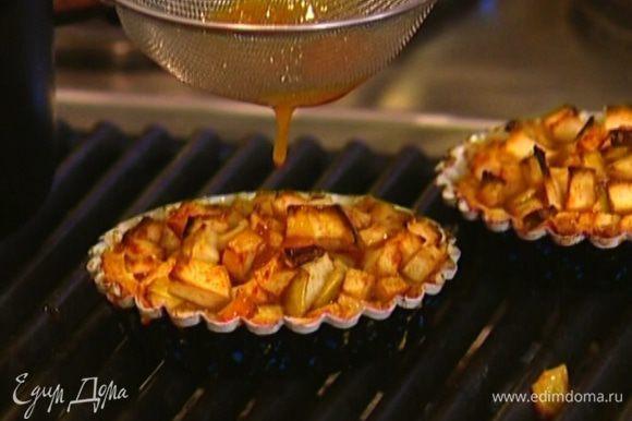 Готовые галеты вынуть из духовки и через сито полить абрикосовым джемом.