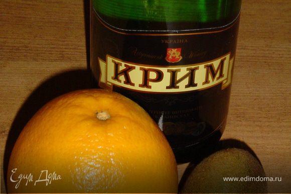 Мякоть киви с апельсиновым соком взбить в блендере, перелить в бокалы для шампанского , долив шампанским.