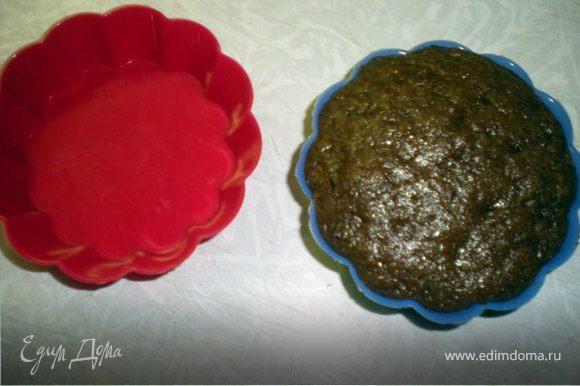 Духовку разогреть до190гр. Шоколад растопить с маслом. Яйца взбить с сахаром,всыпать муку,разрыхлитель,кофе и продолжать взбивать,затем добавить растопленный с маслом шоколад и взбивать до однородности.... Разложить по формочкам (заполняя на 3/4)внутрь можно воткнуть кусочки шоколада(белого,черного),сыр,творог,фруктик или ягодку по вашему желанию.... Выпекать 15-20 мин....