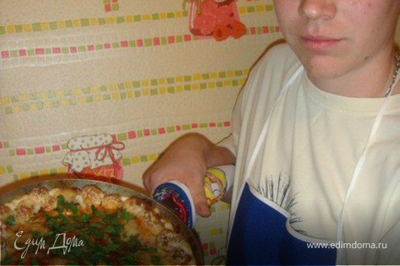 Затем залить все соусом, положить цветную капусту, посыпать тертым сыром и запечь в духовке 50-55мин. Приятного аппетита!