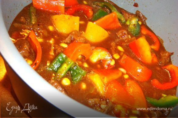 По истечении времени добавить кукурузу, красный перец, другие перцы или тыкву, перемешать и снова в духовку на 40-45 мин.