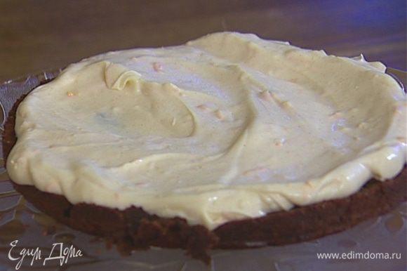 Остывший шоколадный корж разрезать вдоль на две половины, одну смазать кремом, накрыть второй половиной.