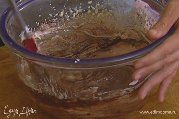 Растопленный шоколад соединить с желтковой массой и перемешать, затем добавить взбитые сливки и еще раз все перемешать.