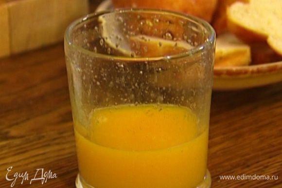 Цедру половинки апельсина натереть на мелкой терке, из апельсина выжать 3 ст. ложки сока.
