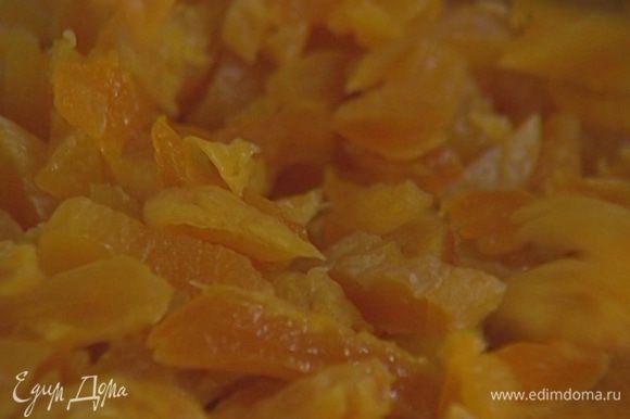 Курагу слегка отжать (жидкость сохранить), порезать кусочками и добавить в тесто.