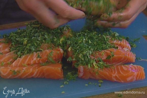 Обвалять семгу в измельченной зелени и оставить мариноваться (можно поставить на час в холодильник).