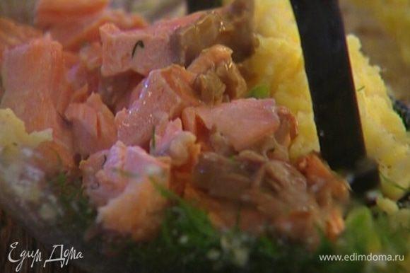 Отваренную рыбу разобрать на мелкие кусочки и выложить в картофельную массу, размять.