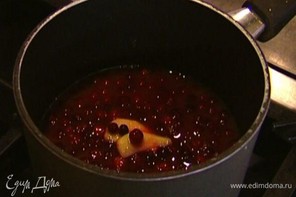 Приготовить соус: апельсиновый сок налить в небольшую кастрюлю, добавить клюкву, корицу, сахар, имбирь и уварить на медленном огне.