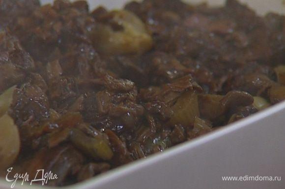 Выложить готовое мясо с грибами в глубокую керамическую форму.